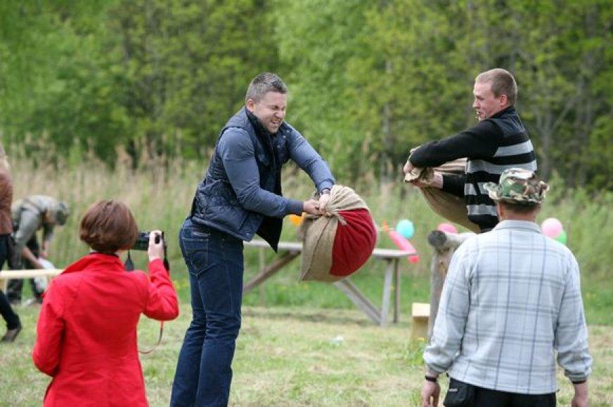 Šeimų šventės metu Rumšiškėse prisimintas senovės lietuvių žaidimas – dvikova maišais.