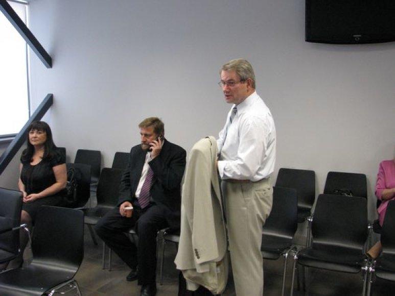 Iš kairės: B.Jablonskienė, V.Vizbaras, V.Muntianas Kauno apygardos teismo salėje