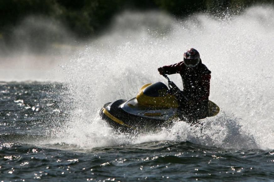 Kaune, Lampėdžių tvenkinyje, vyko vandens motociklų varžybos.