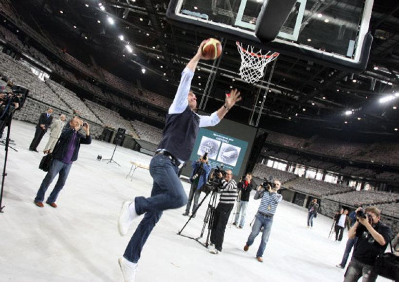 Įmesti kamuolį į arenos krepšį pabandė ir Arvydas Sabonis.