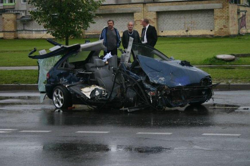 Avarijos Šilainiuose metu sumaitotas automobilis.