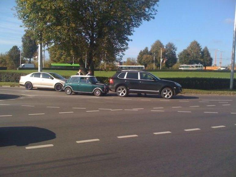 """Mini Cooper"" atsitrenkė į ""Porsche Cayenne""."