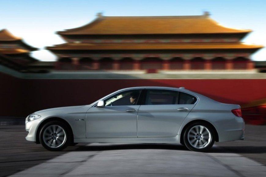 BMW 5 bus ir hibridinis automobilis