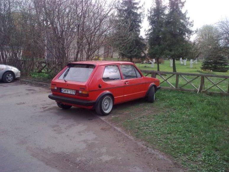 """""""VW Golf"""" prie Šv. Ignaco Lojolos bažnyčios Šiauliuose"""