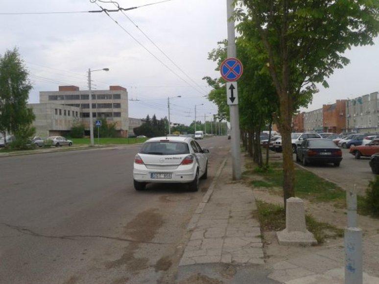 Šio opelio vairuotojui kelio ženklai turbūt per maži