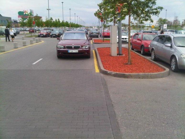 BMW 7 prie geltonos linijos