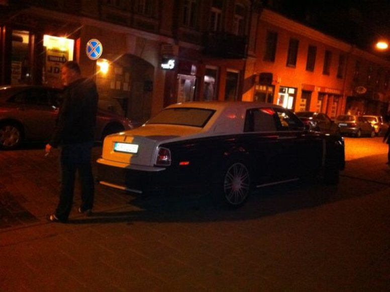 """Rolls-Royce"" ant šaligatvio"