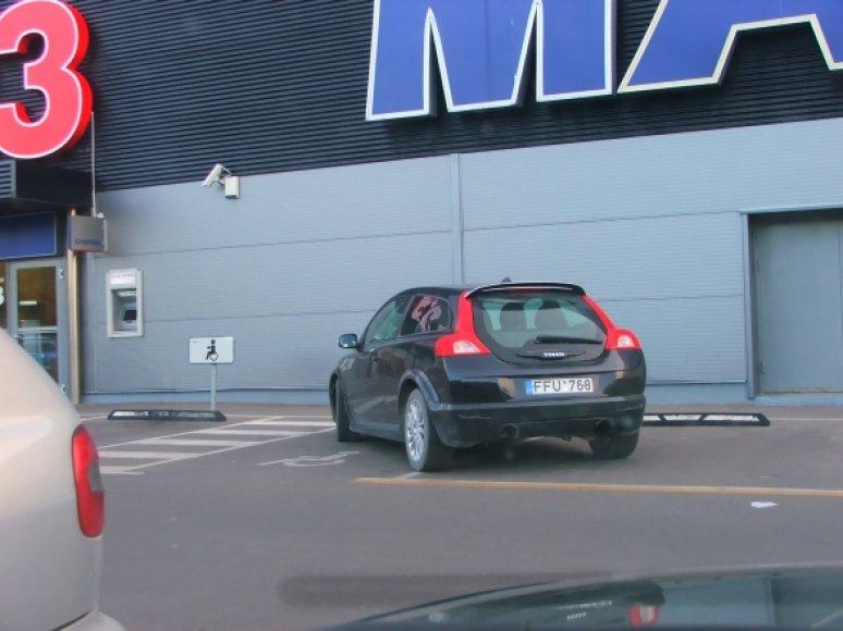 """""""Neįgalusis"""" """"Volvo"""" Kaune prie """"Maxima Bazė"""" parduotuvės"""