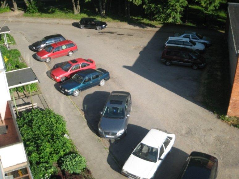 """Kreivai pastatytas """"Volkswagen Passat"""" Kaune"""