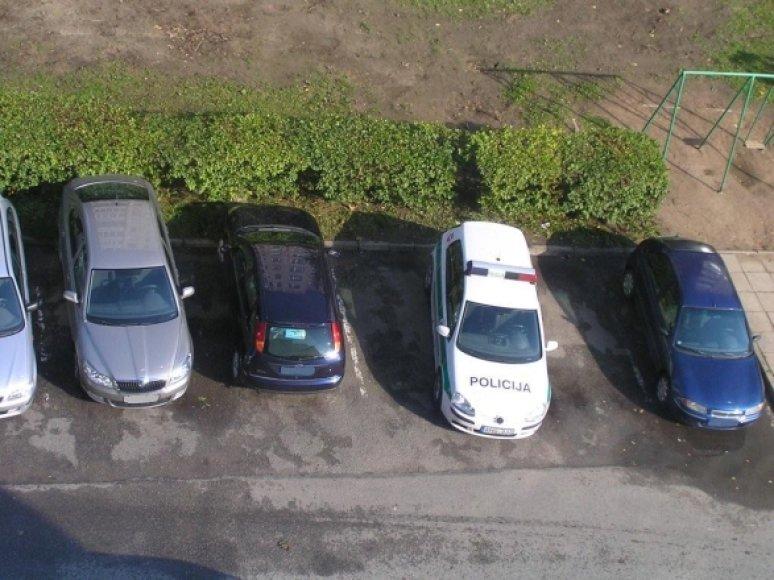 Per dvi vietas pastatytas policijos automobilis