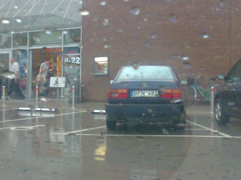 Automobilis per lietų