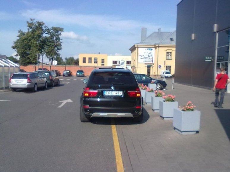 Ne vietoje pastatytas BMW X5