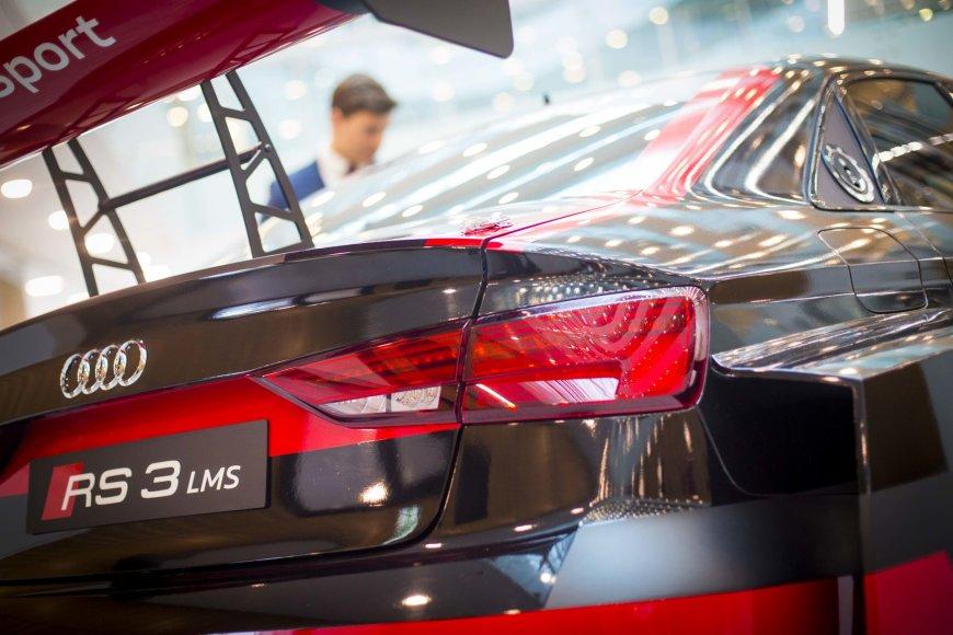 """Irmanto Gelūno / 15min nuotr./""""Audi RS3 LMS"""" eksponuojamas verslo centre K29"""