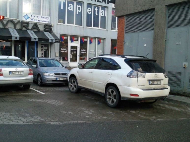"""Lexus RX"" visureigis užstatė kitą automobilį"