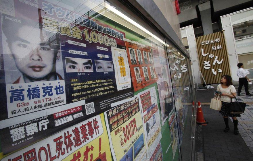 """""""Reuters""""/""""Scanpix"""" nuotr./Ieškomo Aum Šinrikio kulto nario, įvykdžiusio išpuolį Tokijo metro, nuotrauka prie Tokijo policijos pastato"""
