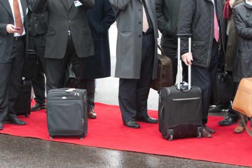 Nuolat keliaujantys darbuotojai neturi nuolatinės darbo vietos.