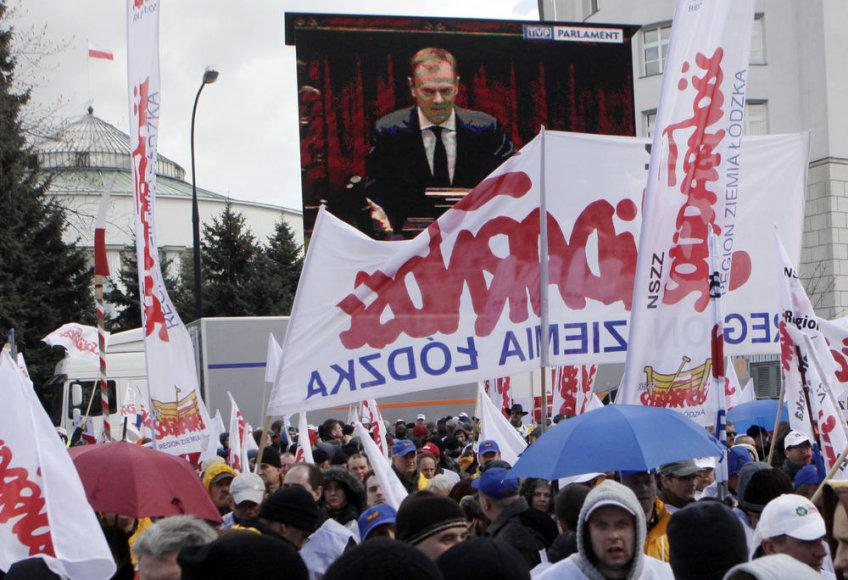 Lenkijoje tūkstančiai žmonių protestuoja prieš pensinio amžiaus vėlinimą