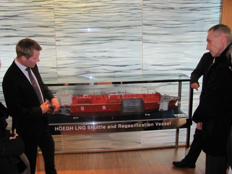 """Energetikos ministrui Arvydui Sekmokui """"Hoegh LNG"""" būstinėje buvo parodytas laivo-saugyklos maketas"""