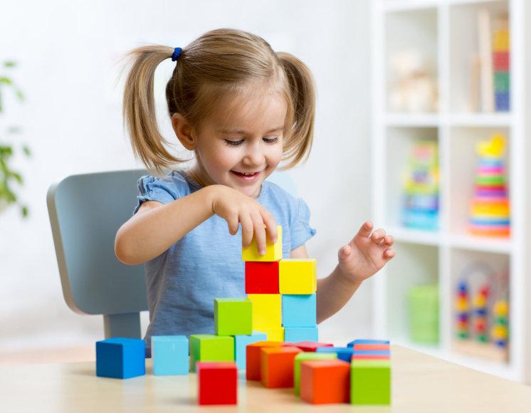 Fotolia.com nuotr./Mergaitė žaidžia su kaladėlėmis
