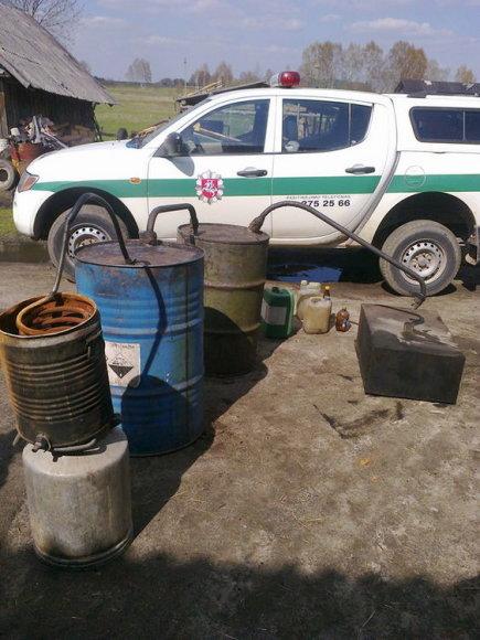 Nemenčinėje pareigūnai aptiko aparatą naminei degtinei gaminti ir 11 litrų skaidraus skysčio