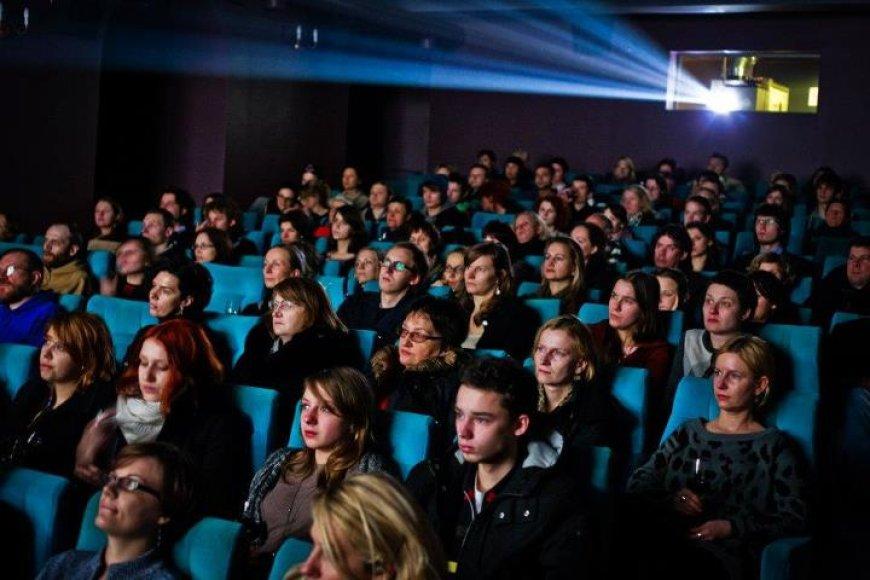 Kino mėgėjai su vyno taurėmis