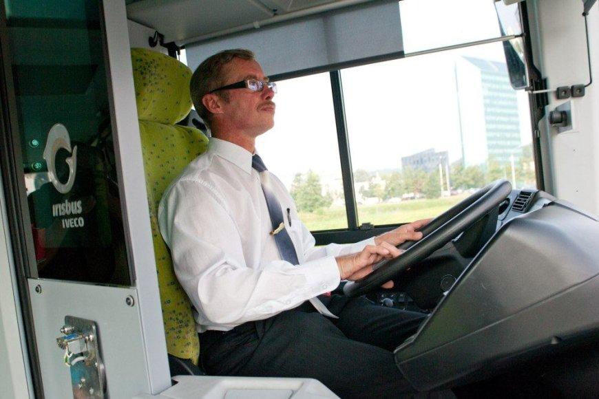 Taip pasipuošusius vairuotojus galima pamatyti nebent per naujų troleibusų ar autobusų pristatymus.