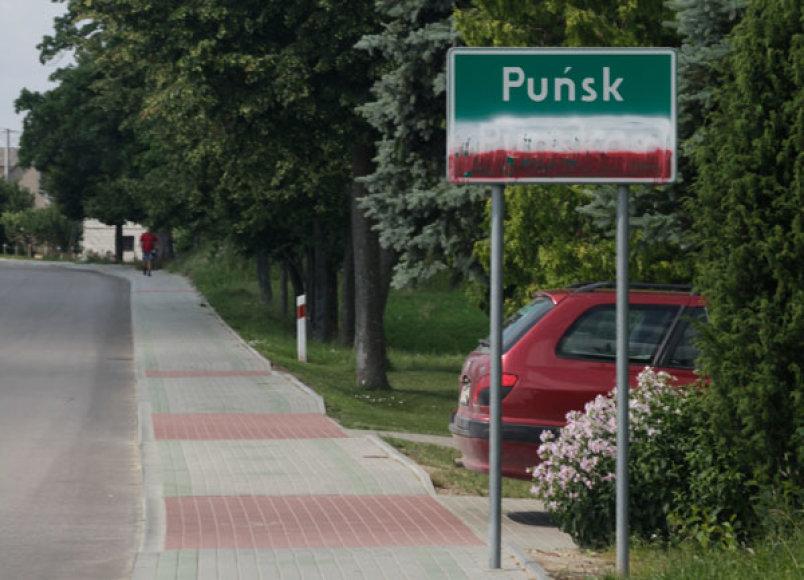 Raudonais ir baltais dažais užpurkštas lietuviškas Punsko pavadinimas