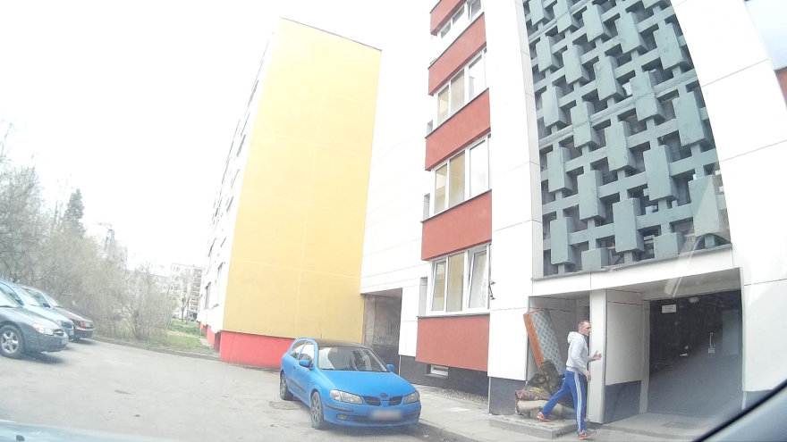 15min skaitytojo nuotr./Vilniaus Karoliniškių A.J.Povilaičio g. 3 namo gyventojas užfiksavo šiukšlintoją.