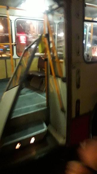 15min skaitytojo nuotr./Iškritusios durys 16 troleibuse Vilniuje