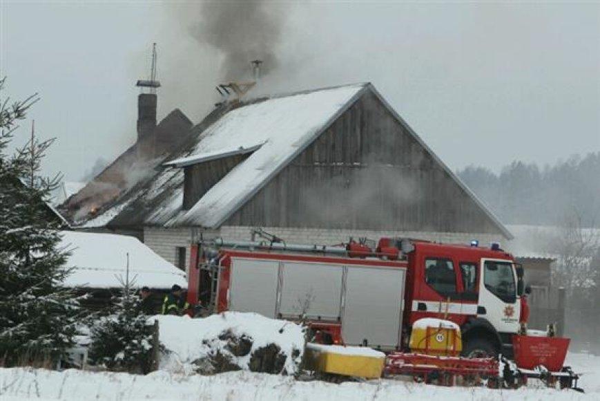Degė namas Arlaviškių kaime