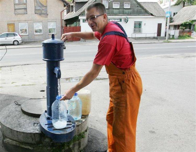 Automobilių meistras R.Milčius iš vandens kolonėlės per dieną įsipila apie 20 litrų vandens rankoms nusiplauti.