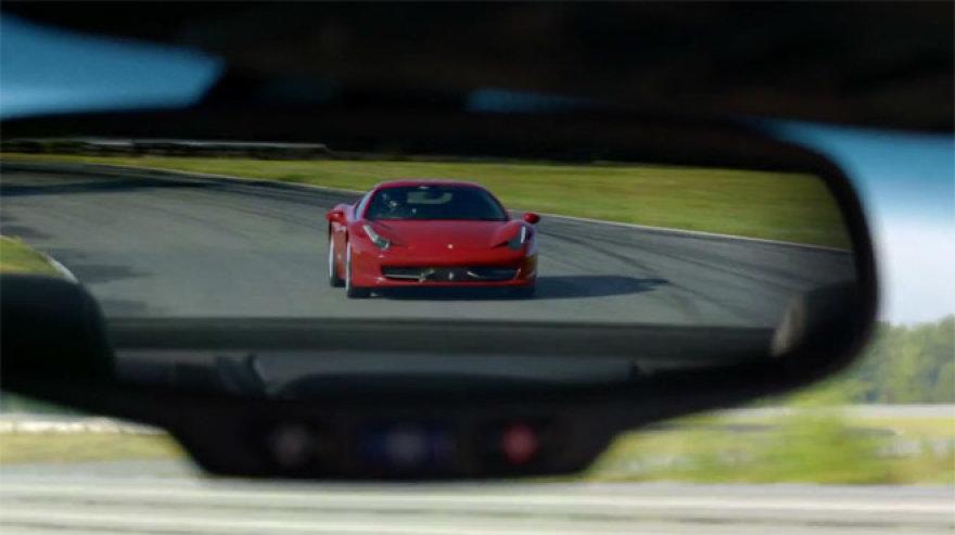"""Ferrari 458 Italia"" ""Cadillac CTS-V"" galinio vaizdo veidrodėlyje"