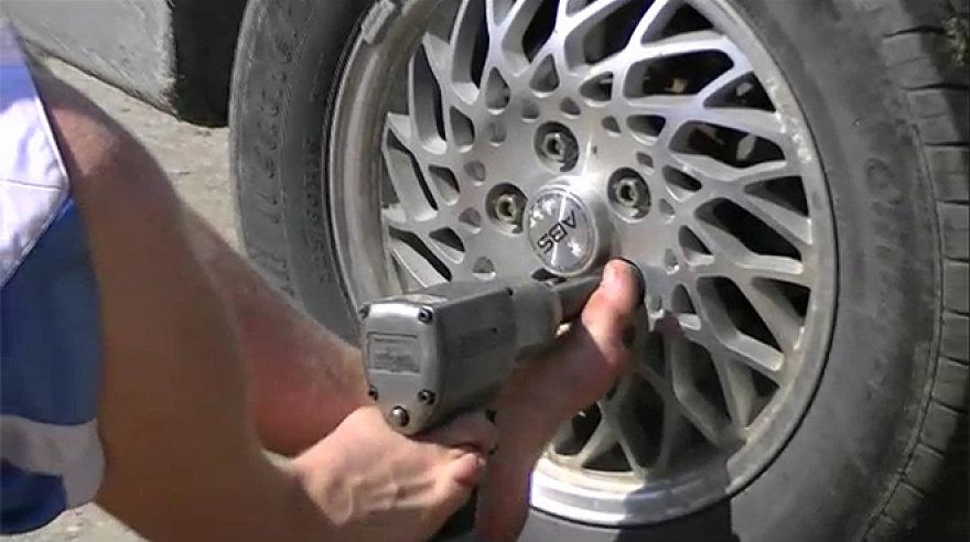Žmogus automobilį remontuoja su savo kojomis