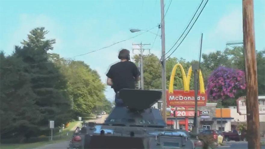 "Šarvuotis važiuoja link ""McDonalds"""