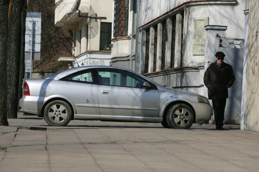 Automobilis ant šaligatvio