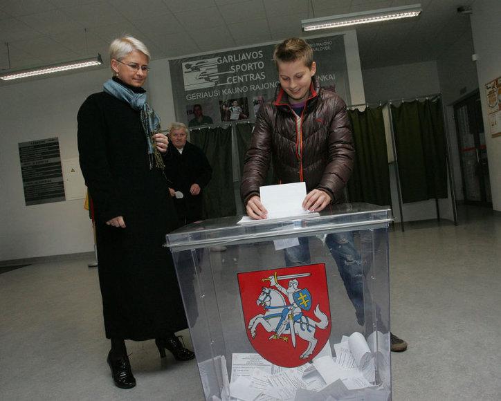 Neringa Venckienė balsuoti atėjo lydima sūnaus