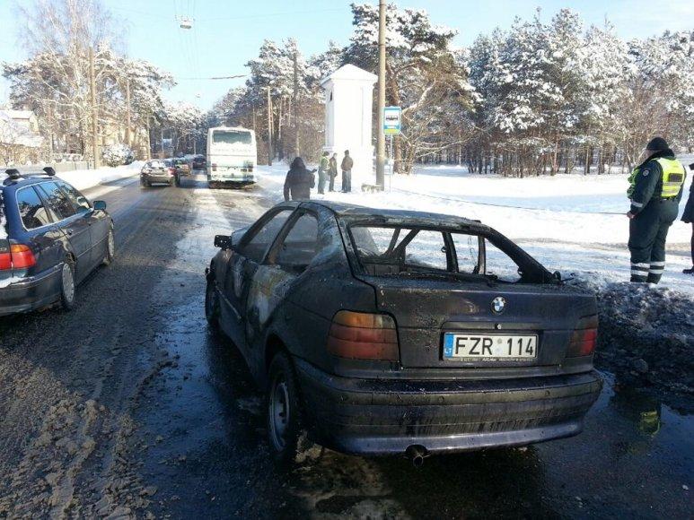 Po susidūrimo su autobusu sudegė automobilis BMW