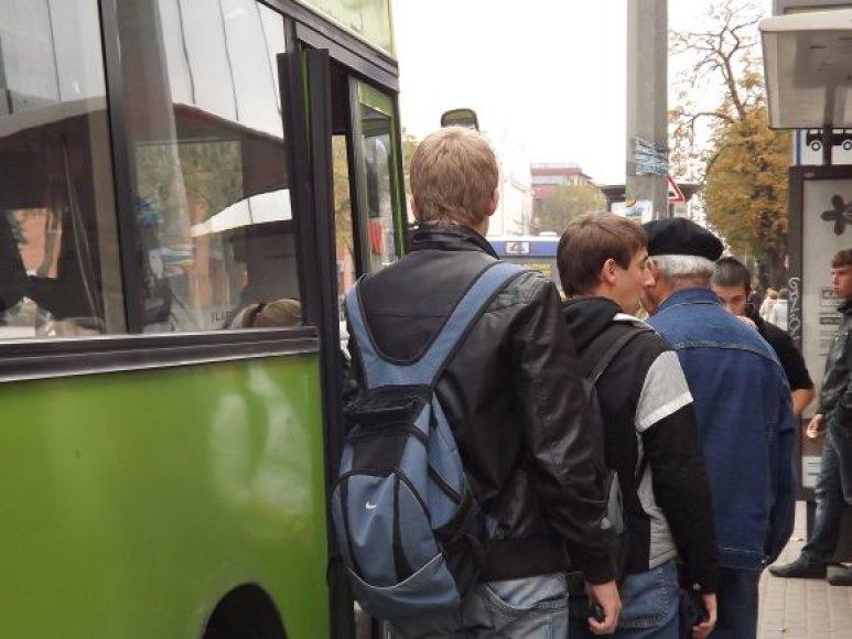 Ne visi keleiviai suspėja įlipti į autobusą sėkmingai.