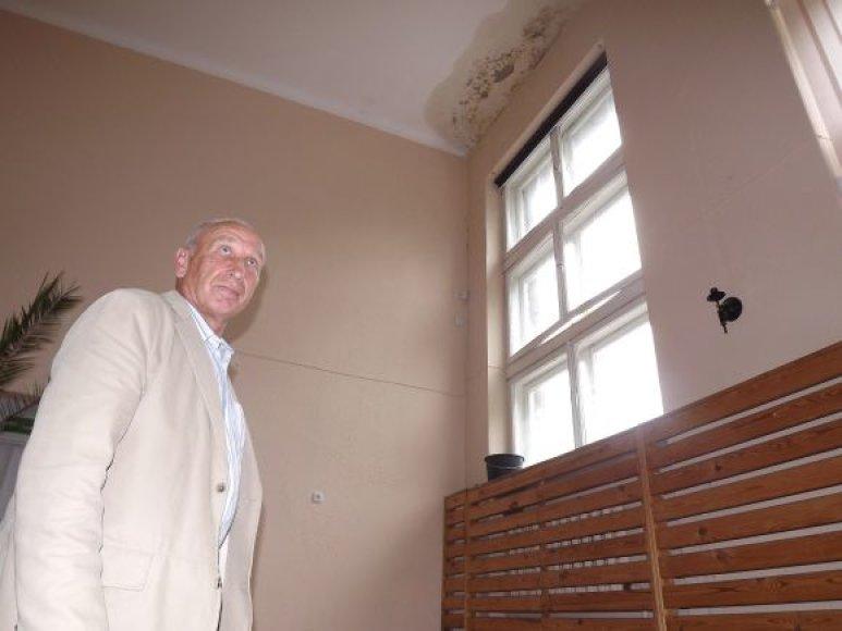 Po atostogų į darbą grįžęs A.Kavaliauskas aktų salę rado užtvindytą.