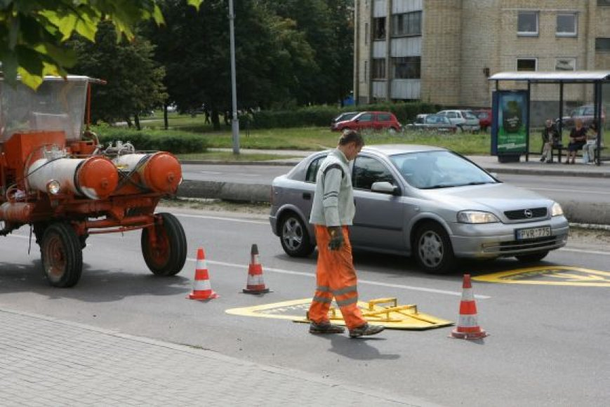Rugsėjį ryškūs geltoni ženklai prie perėjų ragina vairuotojus būti ypač budrius.