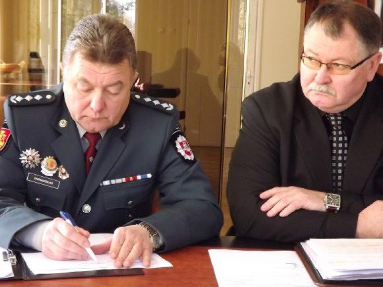 B.Ivanauskas (kairėje) ir jo pavaduotojas Dainius Smatavičius atidžiai klausėsi valdžios priekaištų.