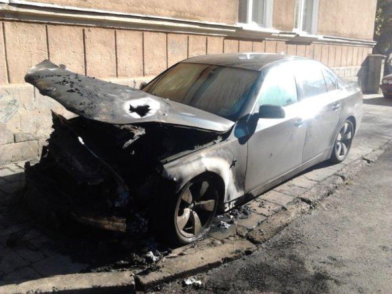 Įtariama, kad mašina buvo padegta.