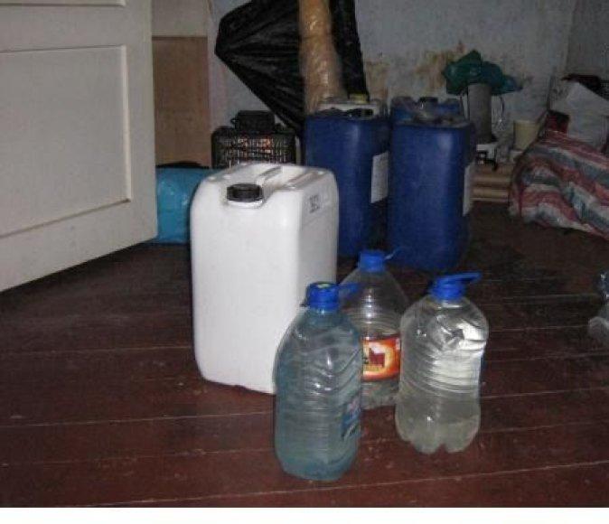 Įrnagos ir įrankių naminei degtinei gaminti ir prekiauti rasta kone kiekvienoje sodyboje.