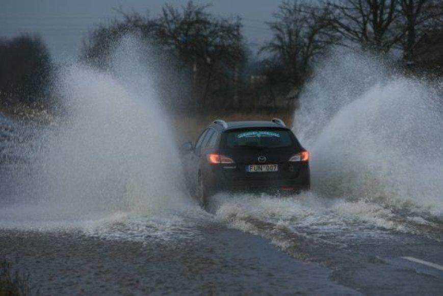 Penktadienį kelius apsėmęs vanduo šeštadienį kiek nuslūgo.