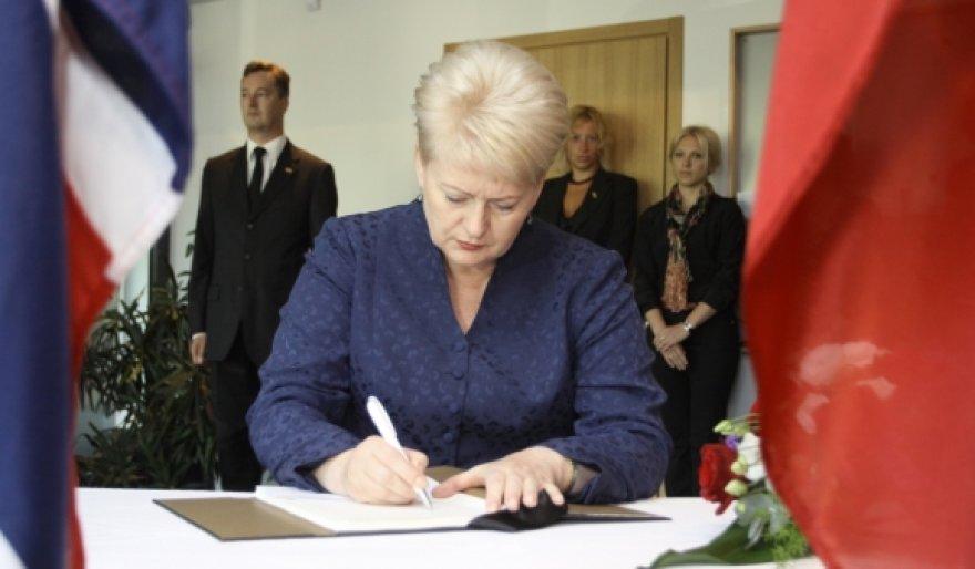 Prezidentė pasirašo užuojautų knygoje