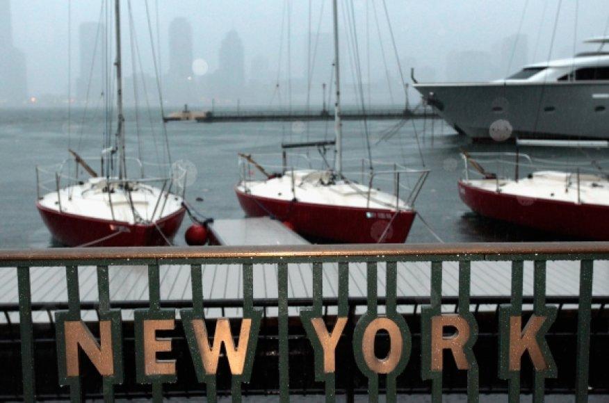 Vanduo tvindo Niujorko gatves