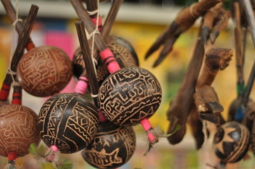 Įvairūs barškučiai ir kita šamanų atributika