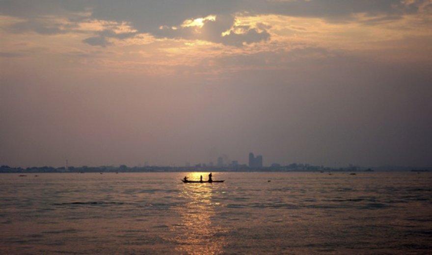 Kongo upė ir sostinė Kinšasa fone