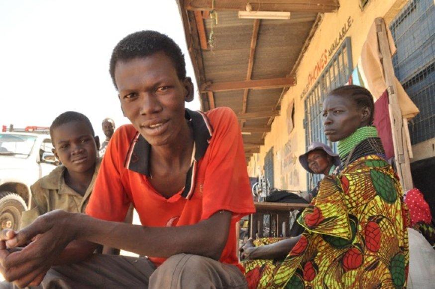 Autentiškieji Turkanos žmonės, gyvenantys Kenijos šiaurėje, dykumose prie Sudano.