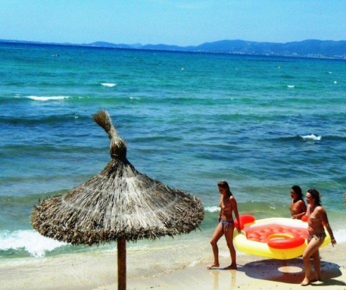Nuogos merginos paplūdimyje
